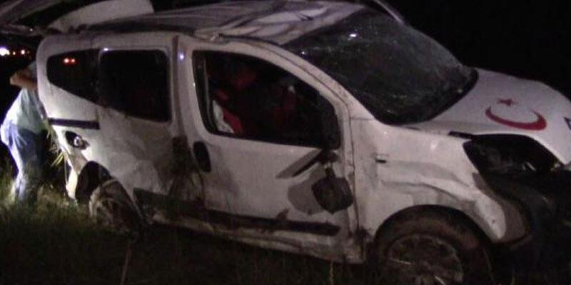 Sivas'ta hafif ticari araç ile otomobil çarpıştı: 5'i çocuk, 9 yaralı