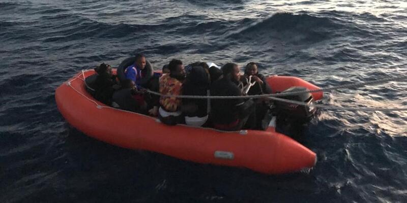 Türk kara sularına itilen 13 sığınmacı kurtarıldı