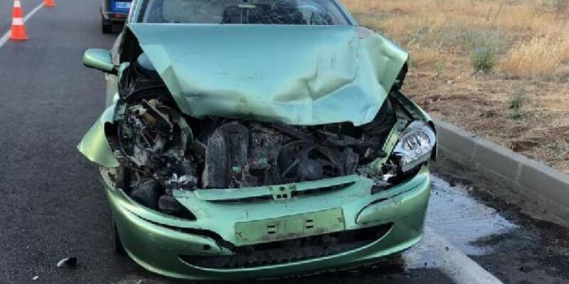 Midibüse çarpan otomobildeki 6 kişi yaralandı