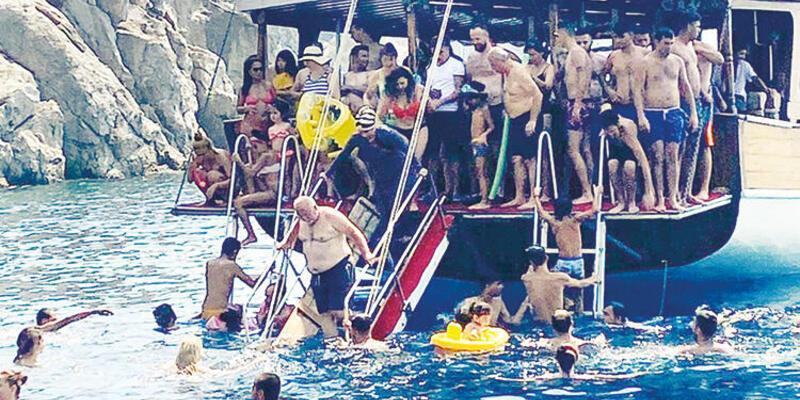 Birbirlerini iterek denize atladılar: Koronavirüs tekne turunda