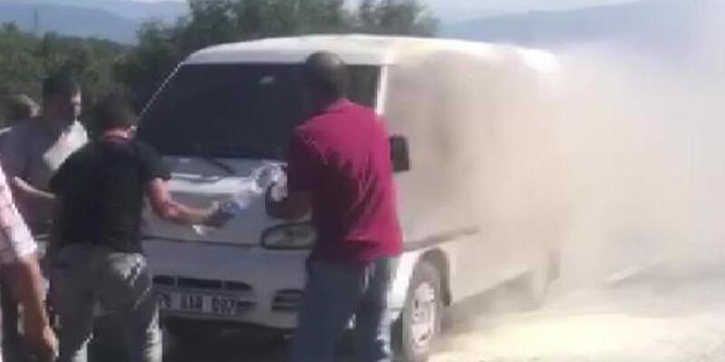 Minibüste çıkan yangın, çevredekiler tarafından söndürüldü