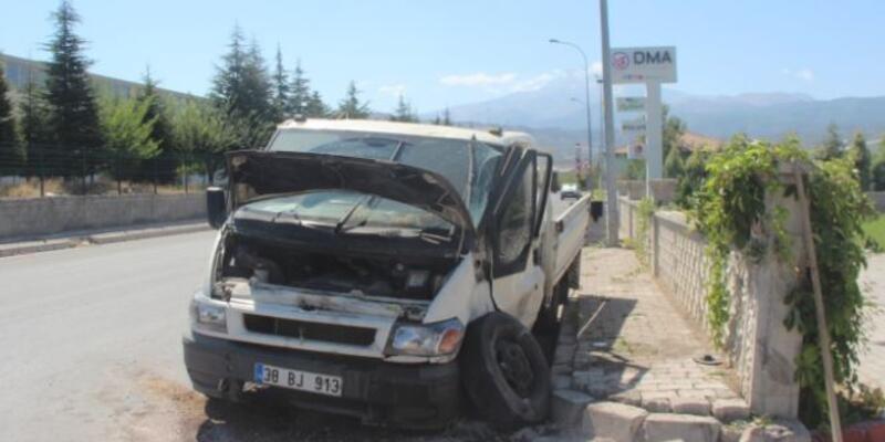 Son dakika... Direksiyon hakimiyetini kaybeden minibüs duvara çarptı