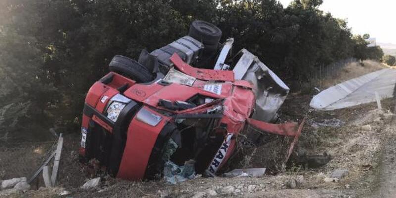 Son dakika... Devrilen tankerin sürücüsü yaralandı, 20 ton süt yol kenarına aktı
