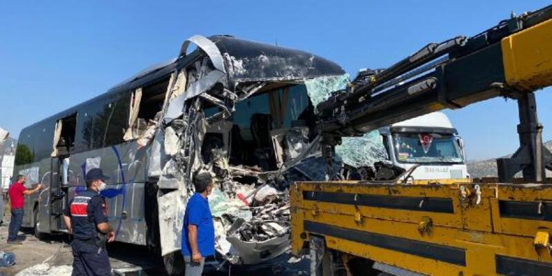 Yolcu otobüsü park halindeki TIR'a çarptı: 1 ölü, 6 yaralı