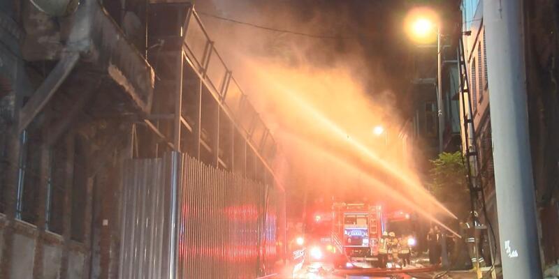 Gece saatlerinde Beyoğlu'nda metruk binada yangın