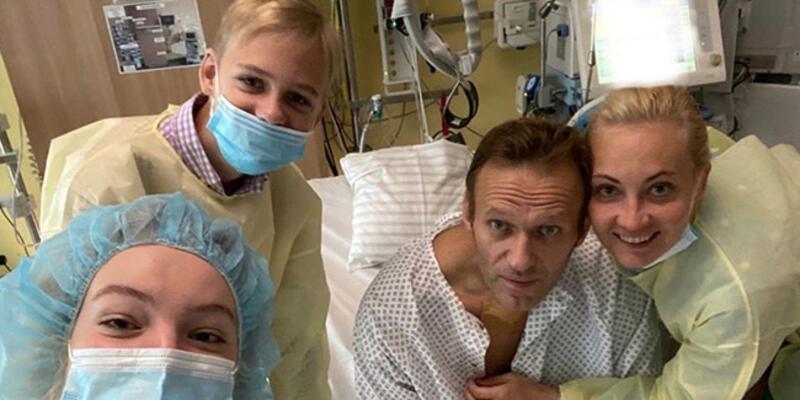 Son dakika... Zehirlenen Rus muhalif Navalni'den günler sonra ilk fotoğraf