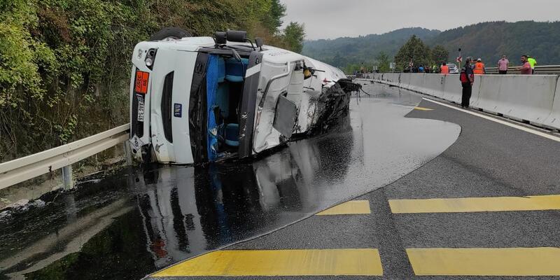 Son dakika... Bolu Dağı'nda zift yüklü tanker devrildi: 3 yaralı