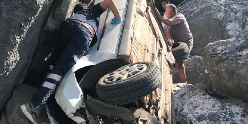 Son dakika.. Kayalıklara uçan otomobildeki yaşlı çift yaralandı
