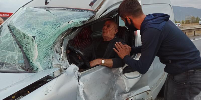 Kaza sonrası araçta sıkıştı