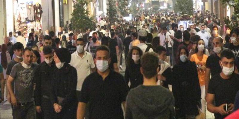 İstiklal Caddesi'nde akşam oluşan kalabalıkta kurallara uyulmadı