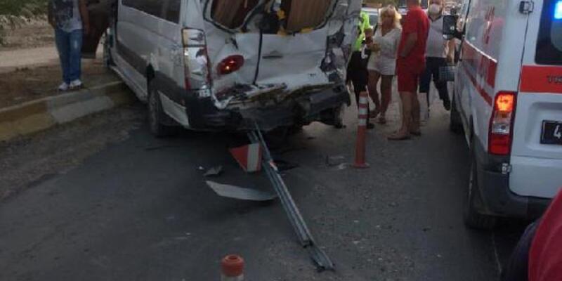 Son dakika.. Tur otobüsü, servis minibüsüne çarptı: 2'si turist, 3 yaralı