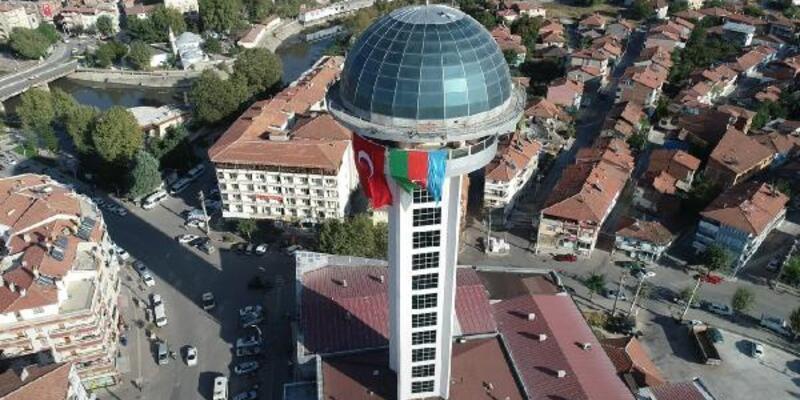Son dakika.. 66 metre yükseklikteki kuleye Azerbaycan bayrağı asıldı