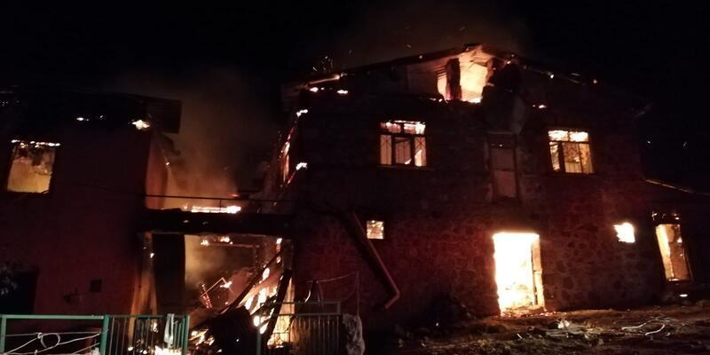 Tunceli'de çıkan yangında 4 ev kullanılamaz hale geldi