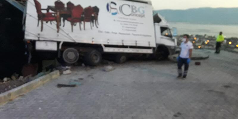 Freni boşalan kamyonet binaya çarparak durabildi