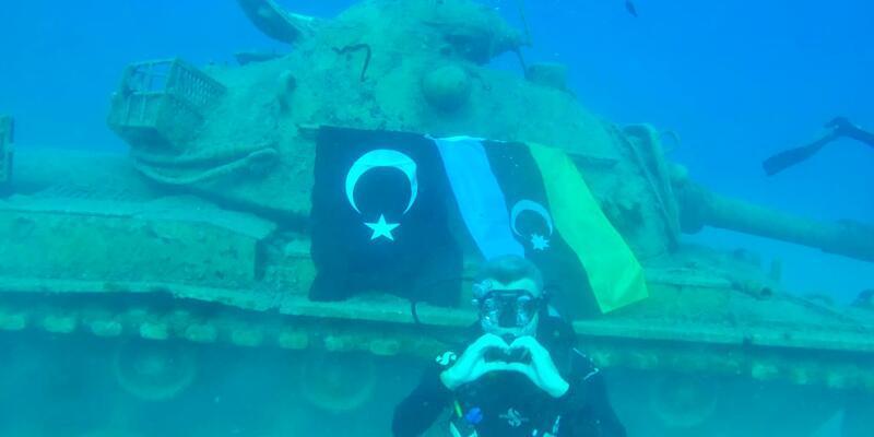 Azerbaycan'a destek için 15 metre derinliğe dalarak bayrak astılar