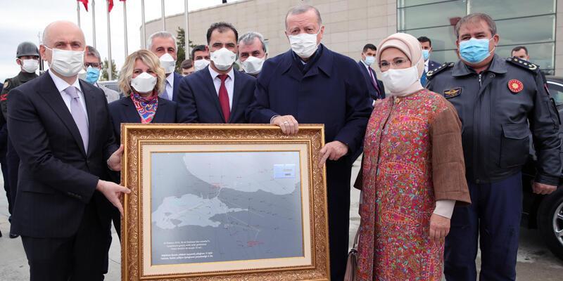 Cumhurbaşkanı Erdoğan'a, 15 Temmuz'da çizdiği rotanın tablosu hediye edildi