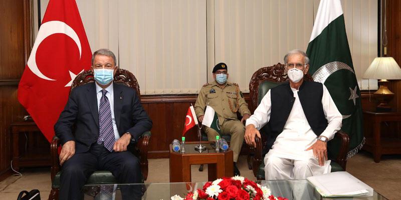 Milli Savunma Bakanı Akar, Pakistan Savunma Bakanı Khattak ile bir araya geldi