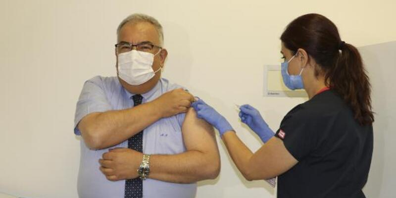 Aşı gönüllüsü profesöre ikinci doz da yapıldı