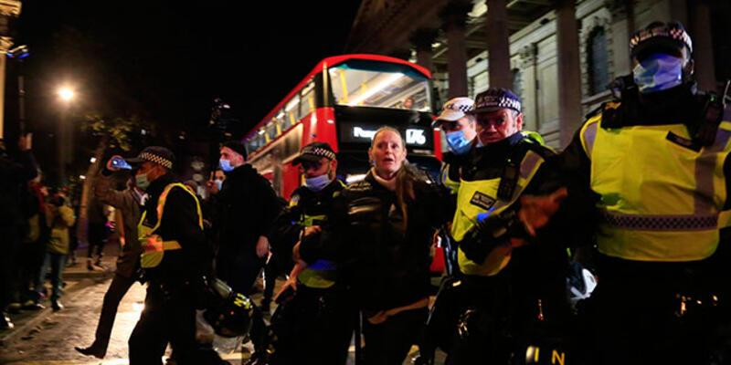 İngiltere'de karantina protestosuna polis müdahale etti