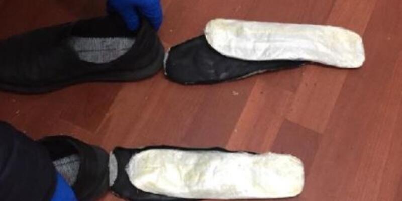 Ayakkabılarının tabanında 205 gram esrarla yakalandı