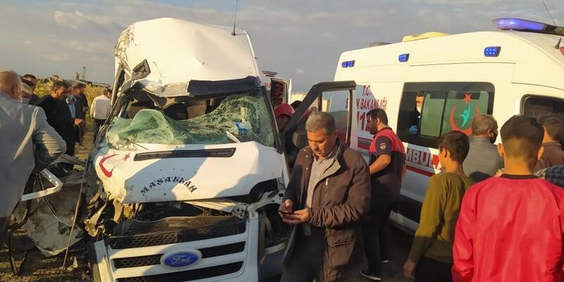 Akçakale'de TIR ile minibüs çarpıştı: 1 ölü, 8 yaralı
