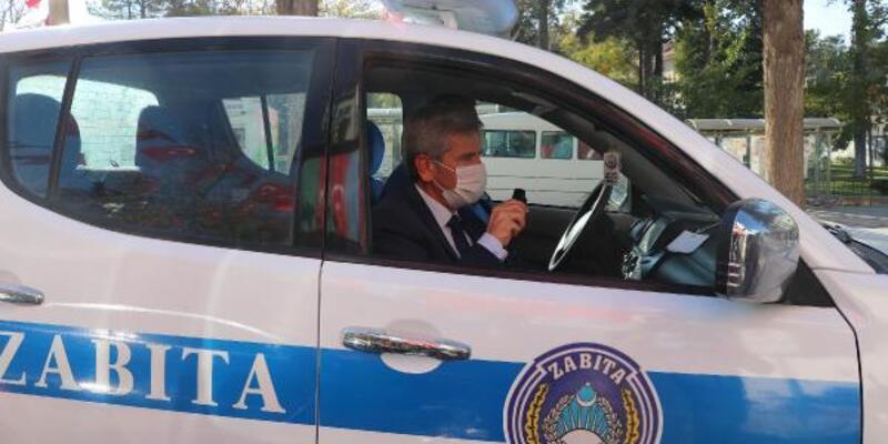 Doktor belediye başkanı, sokak sokak koronavirüs uyarısı yaptı