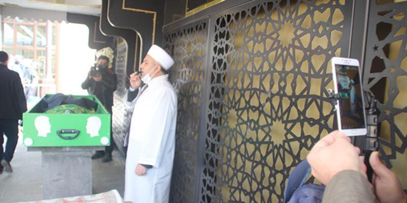 Karantinadaki belediye başkanı babasının cenaze namazını canlı yayından izledi