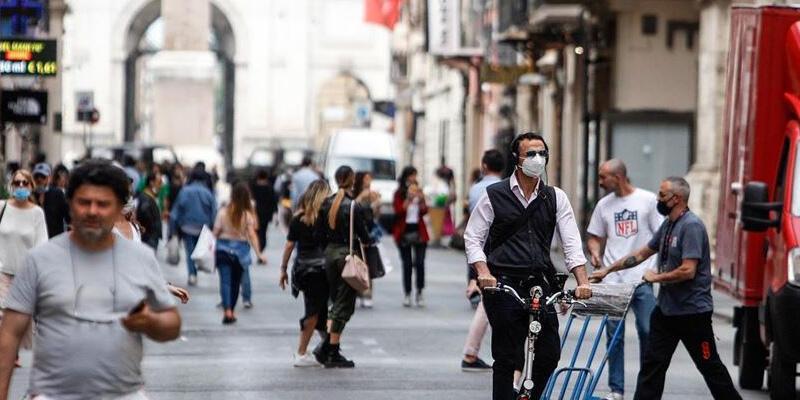 İtalya'da Kovid-19 salgınında son 24 saatte 692 kişi öldü