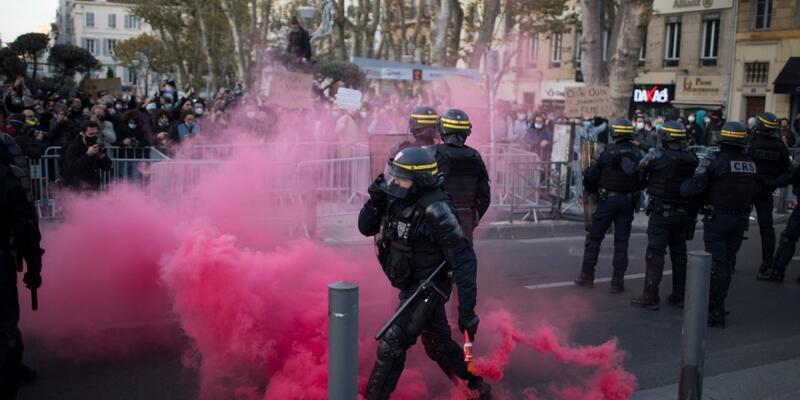 """Fransa'da kriz büyüyor: """"Macron bizi korumuyor"""""""