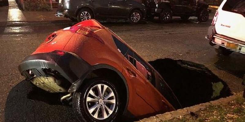 Park halindeki araç çukura düştü