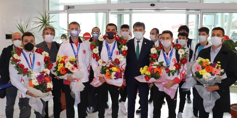 Altın madalya kazanan sporcular İzmir'e döndü