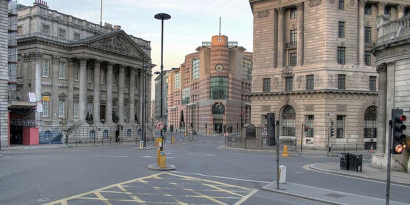 Londra'da bar, restoran, sinema ve tiyatrolar kapatıldı