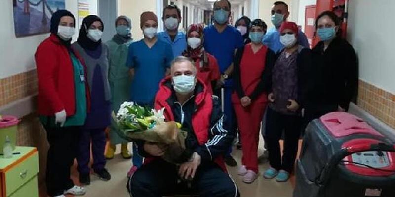 Koronavirüsü yenen doktor alkışlarla taburcu oldu