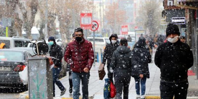 Van yeni yıla karla giriyor, Antalya'da deniz keyfi sürüyor