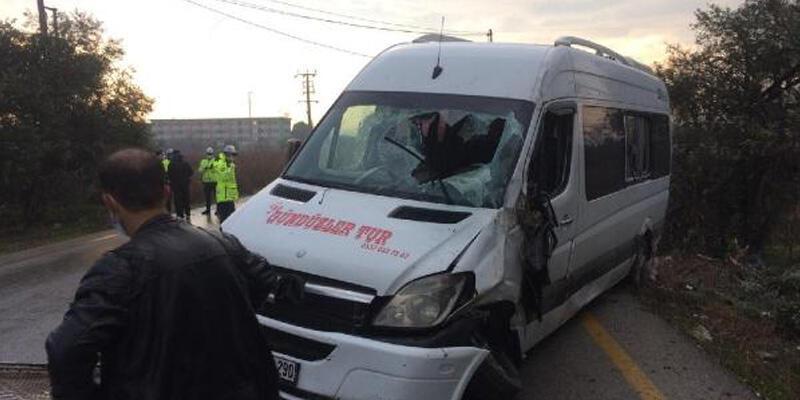 Devrilen servis minibüsünün şoförü yaralandı