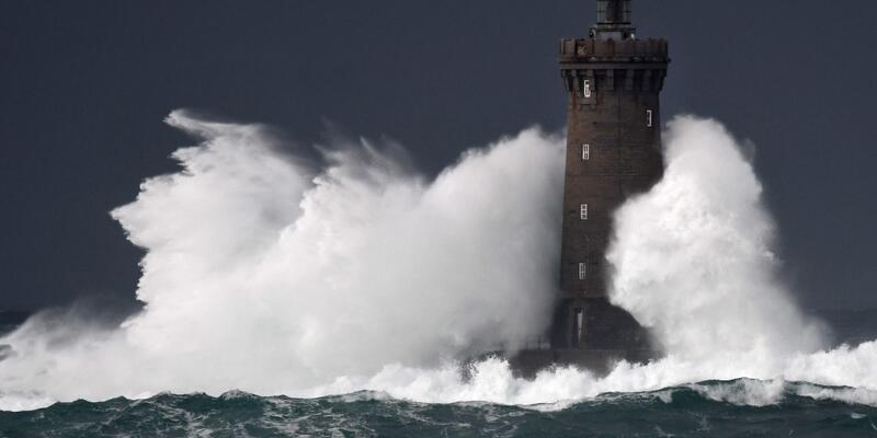 Fransa'yı Bella fırtınası vurdu: 34 bin ev elektriksiz kaldı