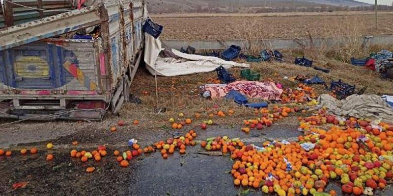 Meyve yüklü kamyon takla attı: 2 ölü, 2 yaralı
