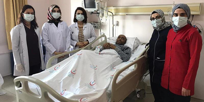 Erzurum'da 155 günlük yoğun bakımın ardından Kovid-19'u yenen kişi alkışlarla servis odasına alındı