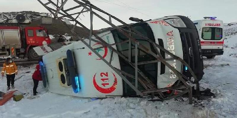 Hasta taşıyan ambulans elektrik direğine çarpıp, yan yattı: 5 yaralı