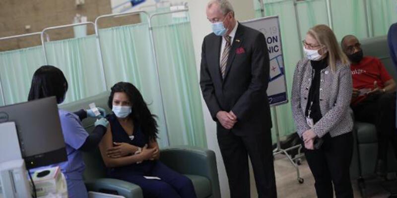 ABD'de hastane çalışanları BionTech/Pfizer aşısının ikinci dozunu vuruldu