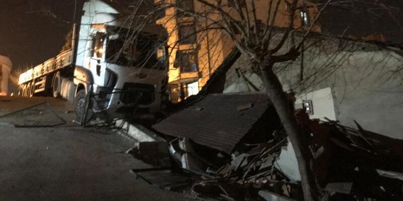Freni boşalan TIR evin bahçe duvarına çarptı; aile içeride mahsur kaldı