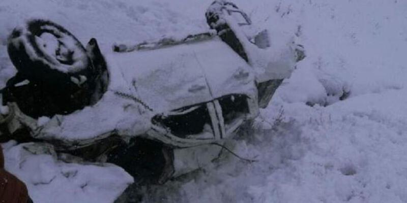 Yoğun kar kazaya sebep oldu! Donmaktan vatandaşlar kurtardı