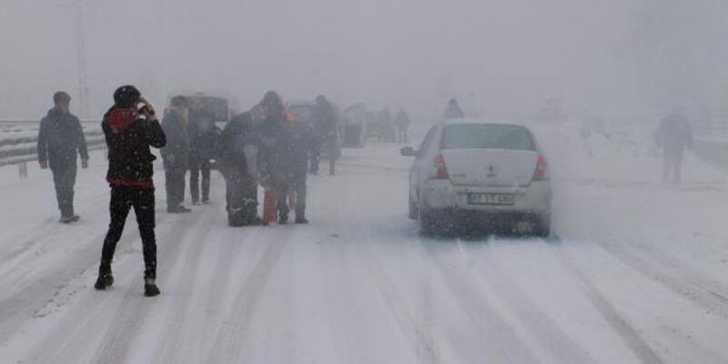 Zonguldak'ta kar: Araçlar yollarda kaldı