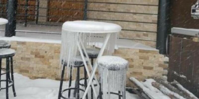 Kartepe'de masa ve sandalyeler buz tuttu