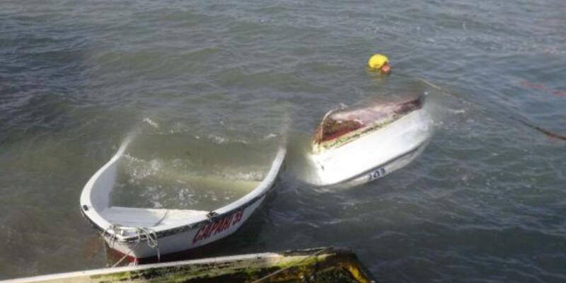 Silivri'de kuvvetli rüzgarda kayıklar suya gömüldü