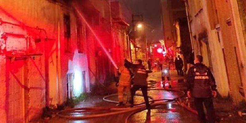 Evsizlerin kaldığı metruk binada çıkan yangın korkuttu