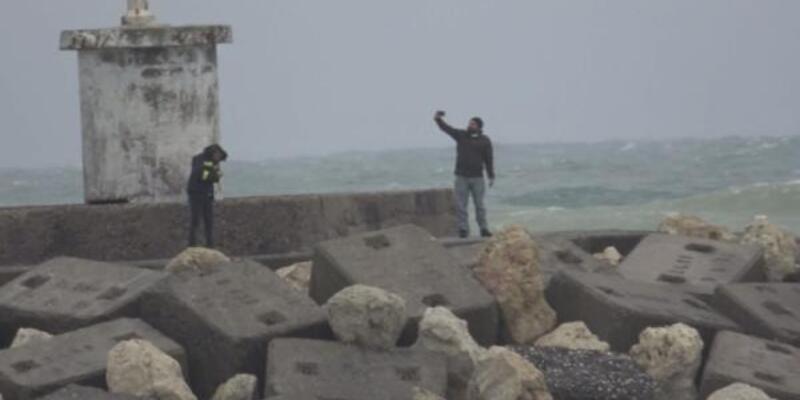 Dev dalgalara aldırmadan selfie çektiler