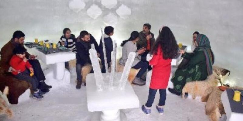 Keşmir'deki ilk iglo kafeye yoğun ilgi: Filtre kahve 366 TL