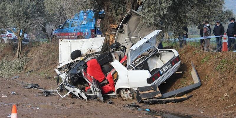 Ağaca çarpan otomobildeki 2 kişi öldü, 3 kişi yaralandı