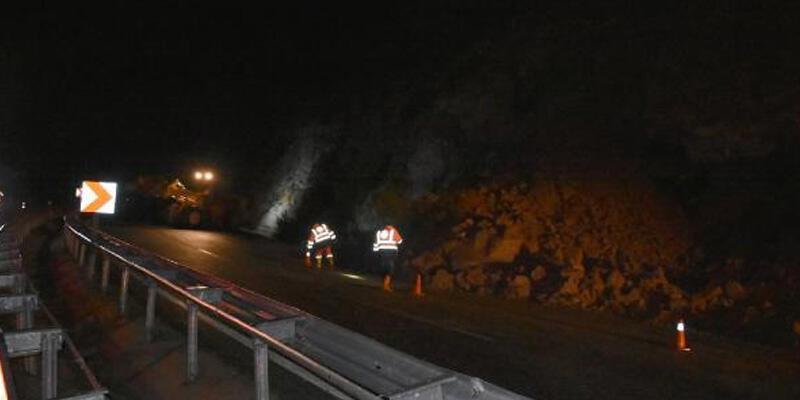 Marmaris'te heyelan, karayolunu trafiğe kapattı